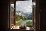 Okna otwartego domu z widokiem na jezioro w górach