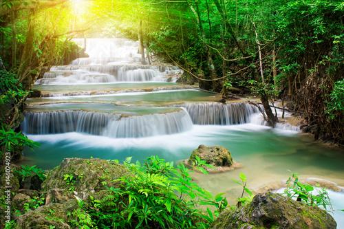 Piękna siklawa w tropikalnym lesie