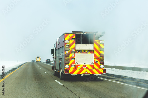 Fire Truck na Snowy Highway