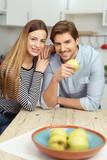 attraktives paar in der küche