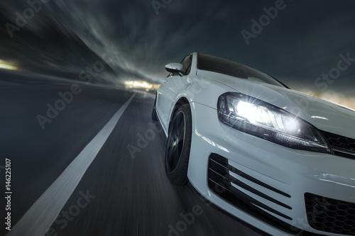 schnelles Auto bei Nacht auf Landstraße