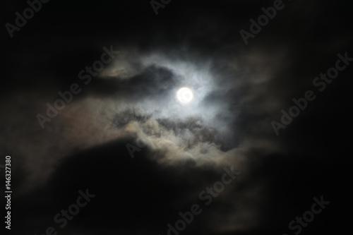 雲から透けて見える太陽「空想・雲のモンスター、片方の目(太陽)が輝く獅子やドラゴンが正面を向いているイメージ」鋭い目、凝視、見つめる、竜神、天国など様々なイメー Poster