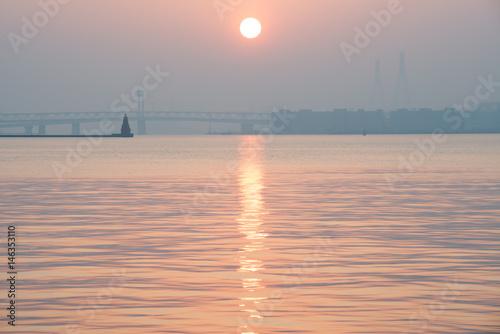 Poster 横浜の朝もやに浮かぶ橋