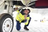 Mechaniker kontrolliert Technik eines Flugzeuges im Hangar am Flughafen // Mechanic controls technology of an airplane in the hangar at the airport - 146358106