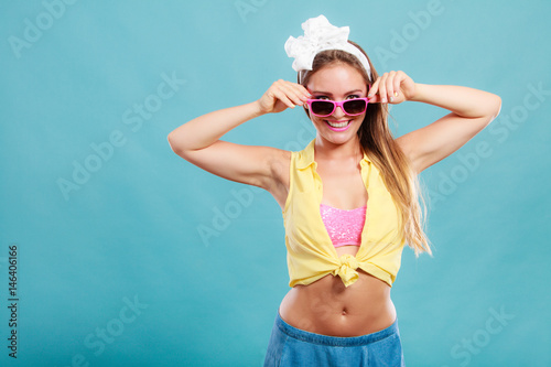 Poster Portrait of happy pin up girl wearing sunglasses.