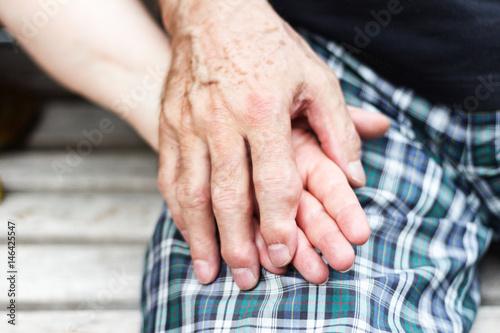 Altes Paar über siebzig Jahre halten Hände Poster