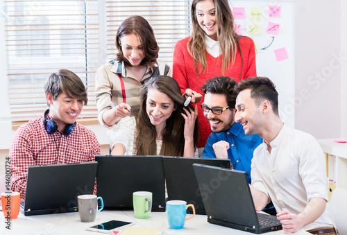 Entwickler in web startup programmieren software und arbeiten dazu gemeinsam am computer