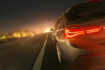 schnelles Auto bei Nacht