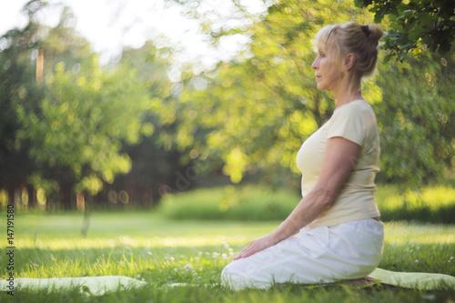 Papiers peints Ecole de Yoga Yoga woman in park
