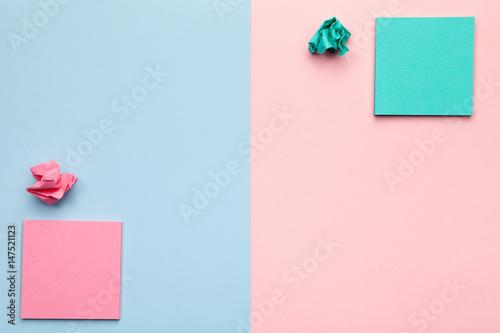Karteczki z rozdrobnionych piłek papieru na pastelowym tle