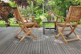 chaises et table sur terrasse en bois donnant sur jardin  - 147571551