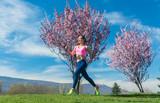 Frau beim Fitness Jogging an einem Tag im Frühling