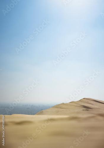 désert dune sable ville agglomération urbain urbaine mégapôle pollution gaz satu Poster