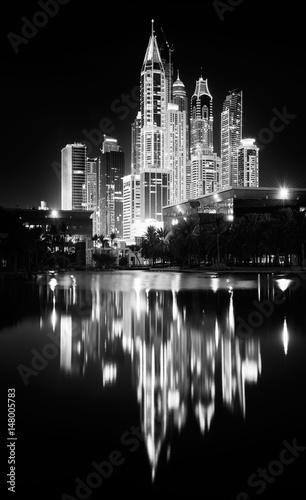 Wierzowce Dubai Marina nocą. Dubai