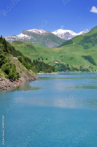 lac de montagne avec massif du Mont Blanc en fond