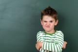 kind zieht eine grimasse - 148311754