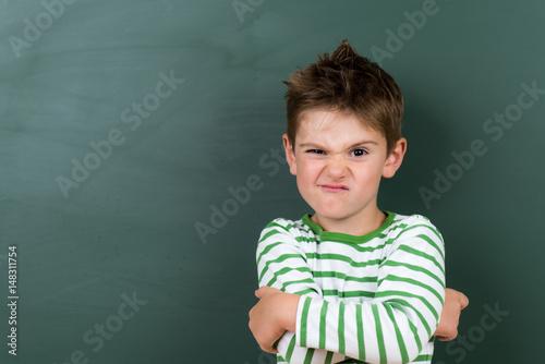 Fototapeta kind zieht eine grimasse