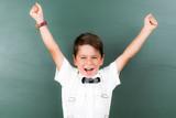 kleiner junge jubelt begeistert - 148312577