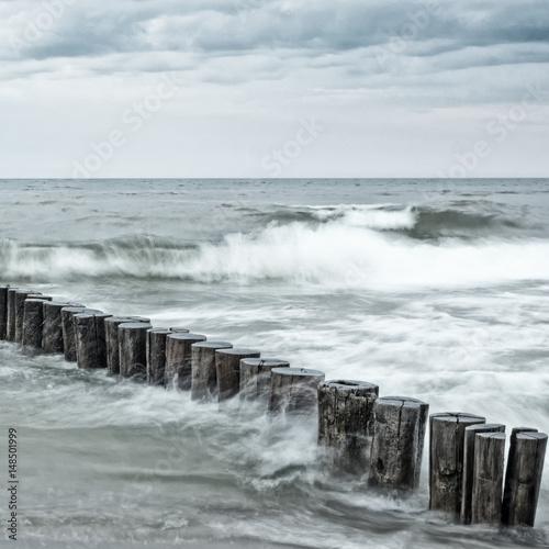 Langzeitbelichtung von Wellen an Buhnen in der Ostsee - 148501999