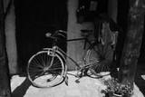 Bicicleta vieja en blanco y negro