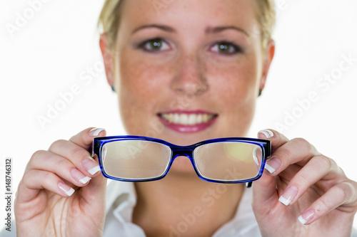 Fototapeta Frau hält eine Brille