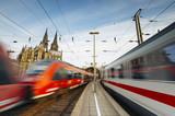 Züge fahren durch Kölner Bahnhof  - 148937356