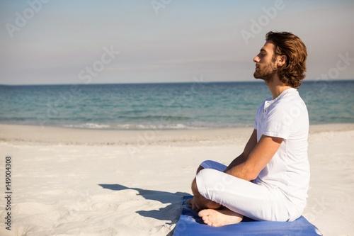 Aluminium Schipbreuk Man performing yoga at beach