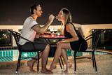 пара на романтическом ужине на крыше дома с бассейном  - 149290953