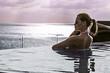 Постер, плакат: девушка в бассейне на фоне моря