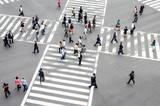 Menschen überqueren eine Straßenkreuzung in Tokyo, Japan - 149330327