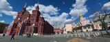 Mosca, 25/04/2017: il Museo statale di storia, tra la Piazza Rossa e la Piazza del Maneggio, con vista delle Mura del Cremlino e la Cattedrale di Kazan