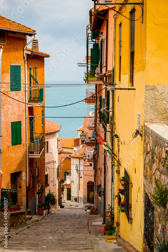 Fototapeta Dans les rues de Porto Santo Stefano en Toscane
