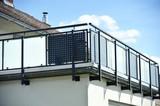 Modernr Balkon mit Edelstahl-Geländer an Hausfront - 149671921