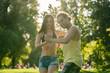 Mann dreht Frau beim Bachata Tanz in der Sonne