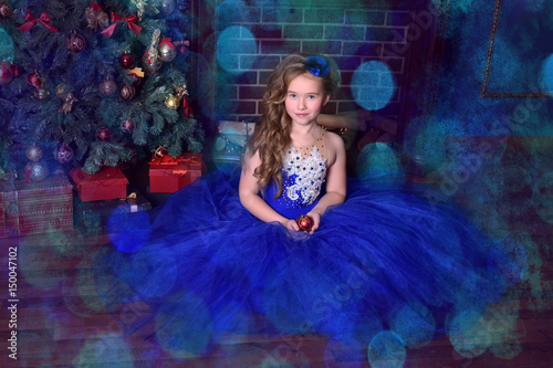 Plakat Young princess in a blue evening dress with roses and a little blue hat