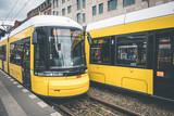 Berlin tramwaj miejski, elektryczny pociąg na ulicy w Warschauerstr. w Berlinie