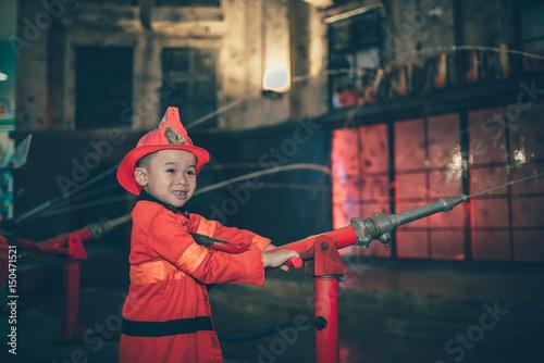 Dzieci bawiące się w .indoors placu zabaw jako strażak