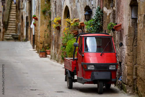 Papiers peints Scooter Piaggio Ape at the empty street