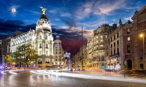 Foto op Aluminium Madrid Gran Via Einkaufsstraße in Madrid nach Sonnenuntergang mit Vollmond