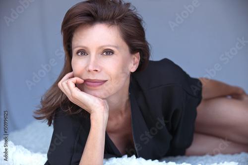 belle femme brune 50ans Poster