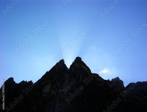 Einserkofel in den Sextener Dolomiten mit Sonnenstrahlen bei Sonnenaufgang, Südt Poster
