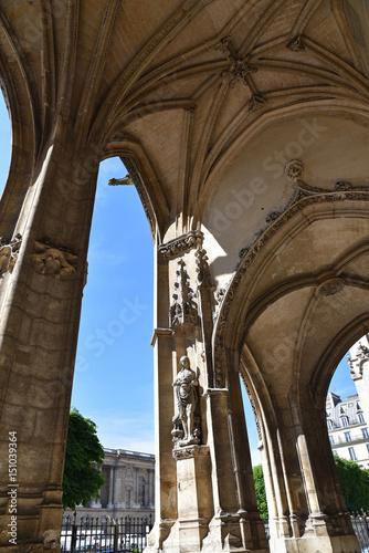 Portail de l'église Saint-Germain-l'Auxerrois à Paris, France Poster
