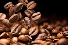 "Постер, картина, фотообои ""Falling coffee beans. Dark background with copy space, close-up"""