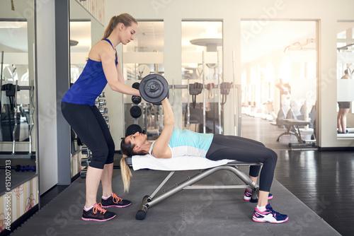 Personal Trainer unterstützt beim Krafttraining