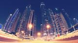 Fisheye obiektyw panoramiczny obraz centrum miasta Dubaju w nocy, użyto toneru barwnego, Zjednoczone Emiraty Arabskie.