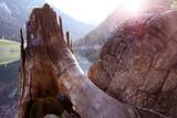 Sonne kommt am Berggipfel hervor