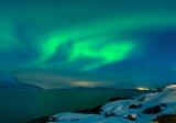 Nordlicht (Aurora borealis) über dem Tysfjord in Nordnorwegen