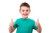 glückliches kind zeigt motiviert die daumen hoch - 151425537