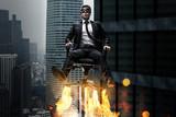 Mann auf Bürostuhl mit Raketenantrieb