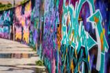 un mur complet rempli de graffiti